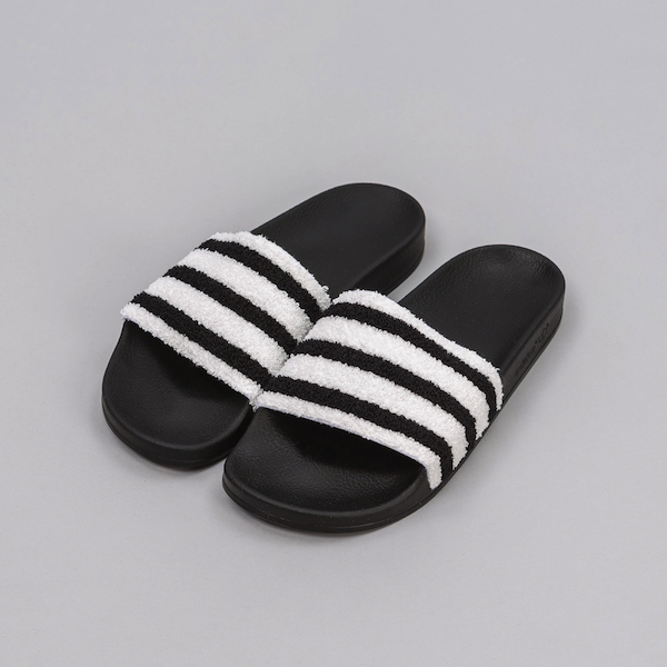 adidas Adilette Contrast Band in Black